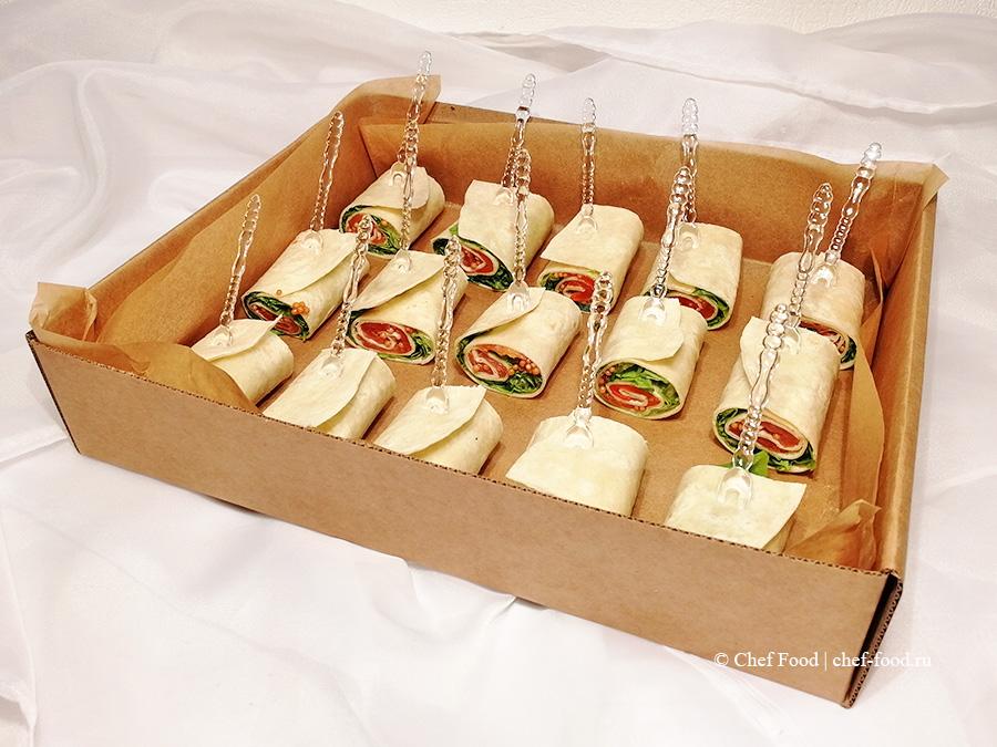 Ролл из пшеничной тортильи с подкопченным филе кеты, салатом и пряным горчичным соусом